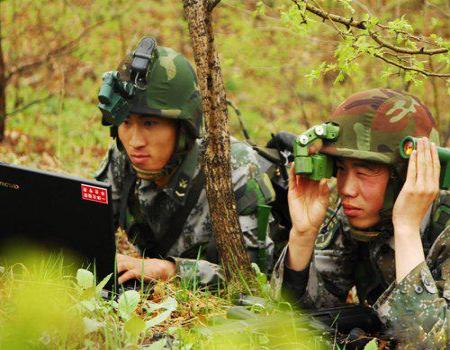 图片中一名身着全套数字化单兵作战装备的解放军中校正在使用一具